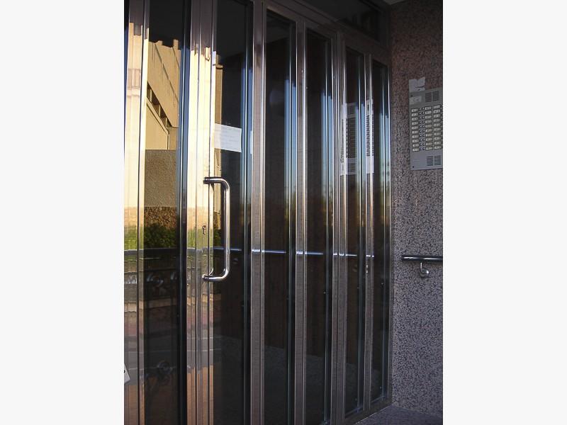 fabricación puertas acero inoxidable acabado brillante